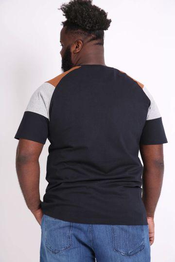 Camiseta-Detalhe-Recortes-Plus-Size_0026_3